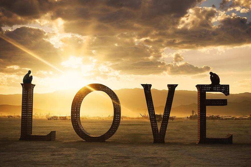 ежегодный сюрреалистический фестиваль «Горящий человек» (Burning Man): слово любовь на закате