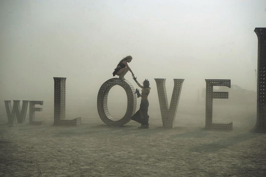 ежегодный сюрреалистический фестиваль «Горящий человек» (Burning Man): слово любовь посреди пустынной бури
