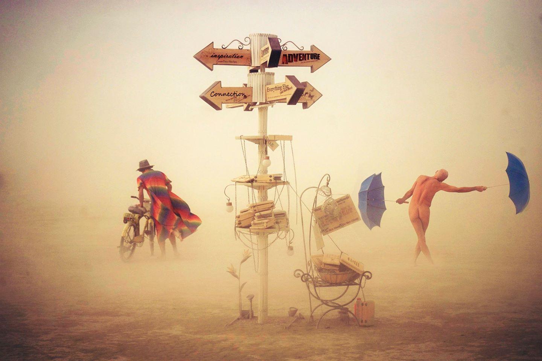 ежегодный сюрреалистический фестиваль «Горящий человек» (Burning Man): перекресток с голым регулировщиком