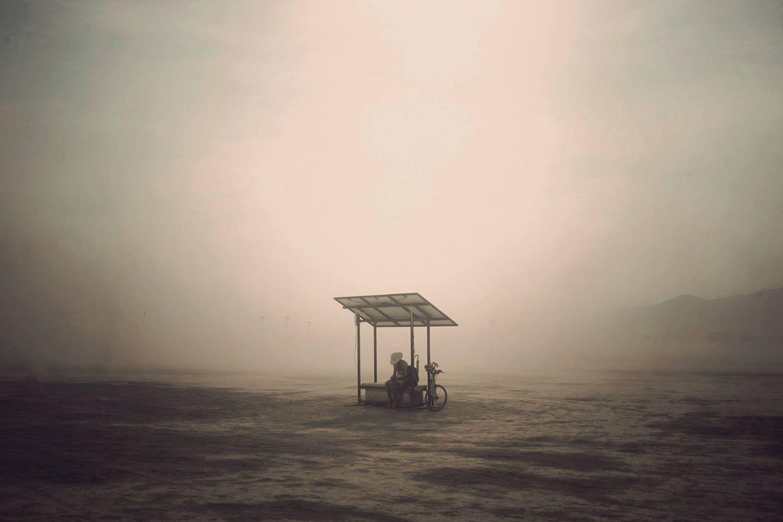 ежегодный сюрреалистический фестиваль «Горящий человек» (Burning Man): автобусная остановка посреди пустыни