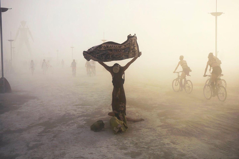 ежегодный сюрреалистический фестиваль «Горящий человек» (Burning Man): побудка в 5 часов утра