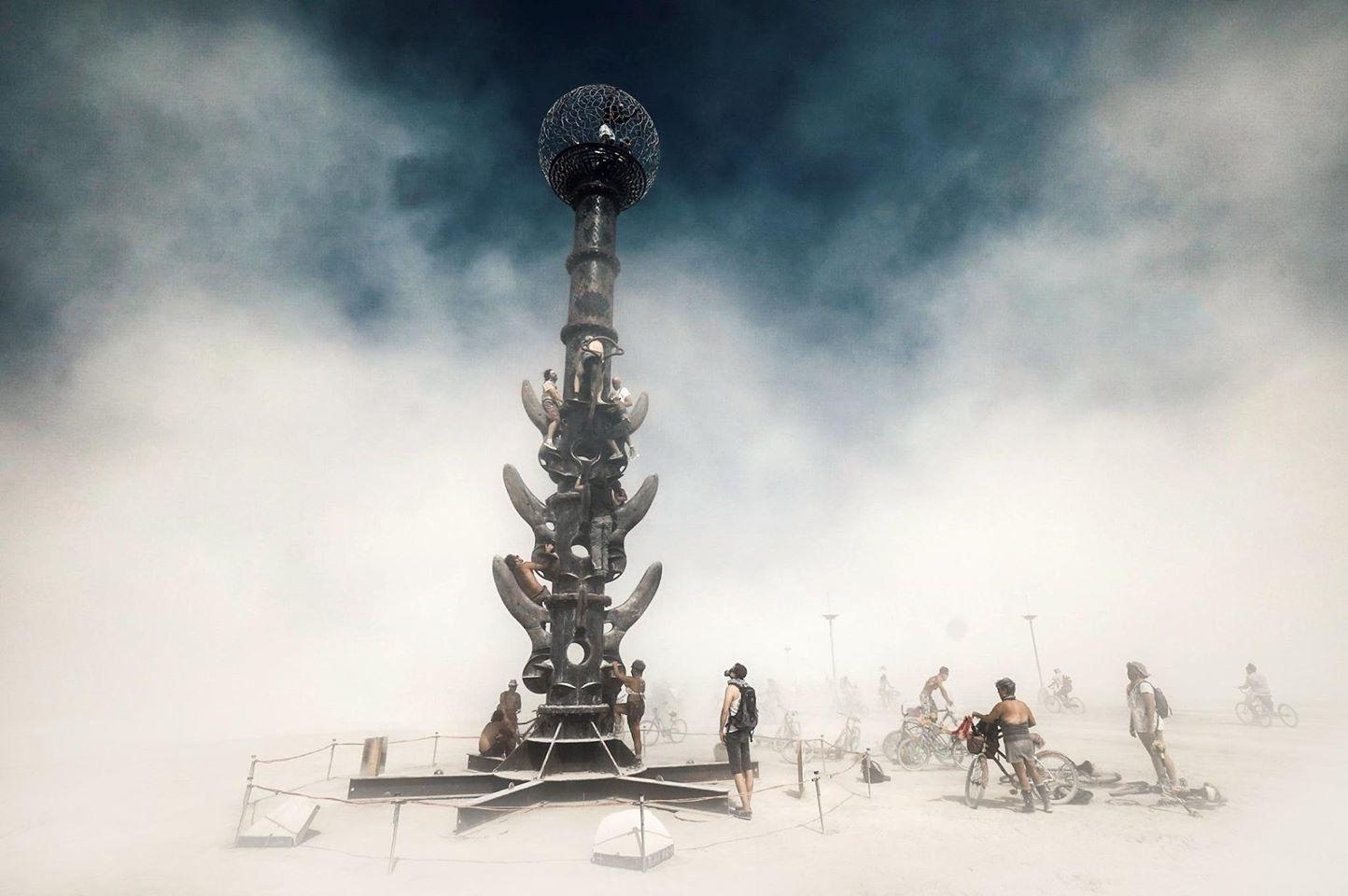 ежегодный сюрреалистический фестиваль «Горящий человек» (Burning Man): столб для лазанья