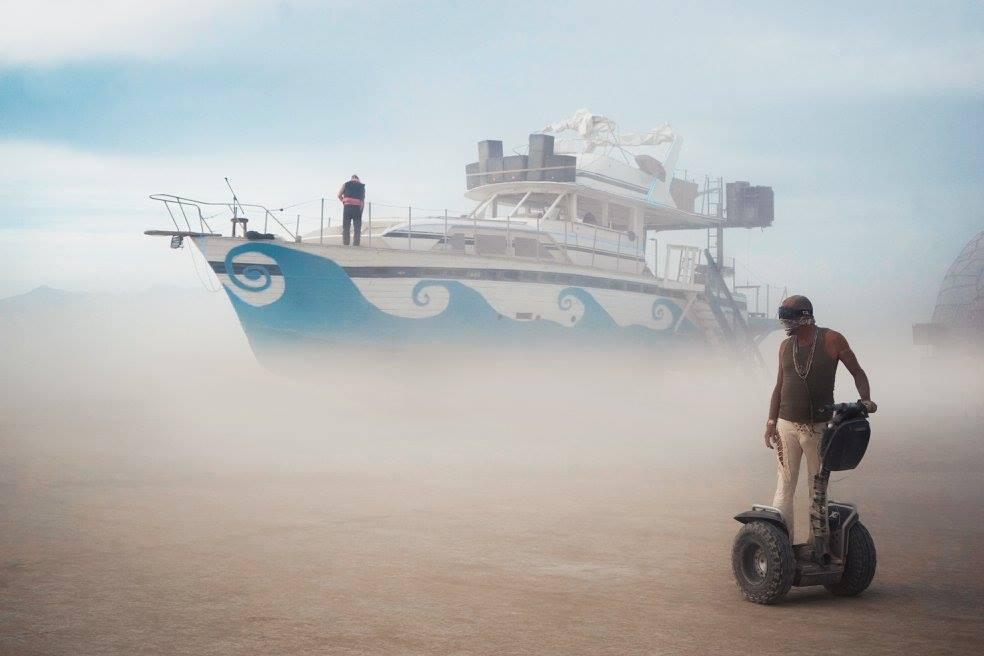 """ежегодный сюрреалистический фестиваль «Горящий человек» (Burning Man): """"летящий корабль"""""""