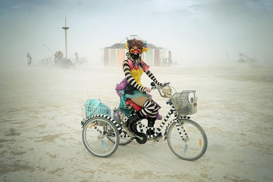 ежегодный сюрреалистический фестиваль «Горящий человек» (Burning Man): девушка на велосипеде