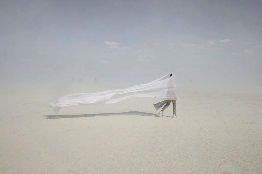 ежегодный сюрреалистический фестиваль «Горящий человек» (Burning Man): девушка в летящем палантине