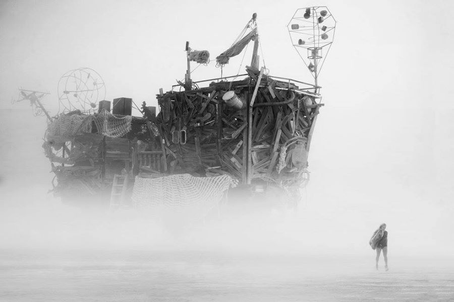 ежегодный сюрреалистический фестиваль «Горящий человек» (Burning Man): сюррелистичный дом