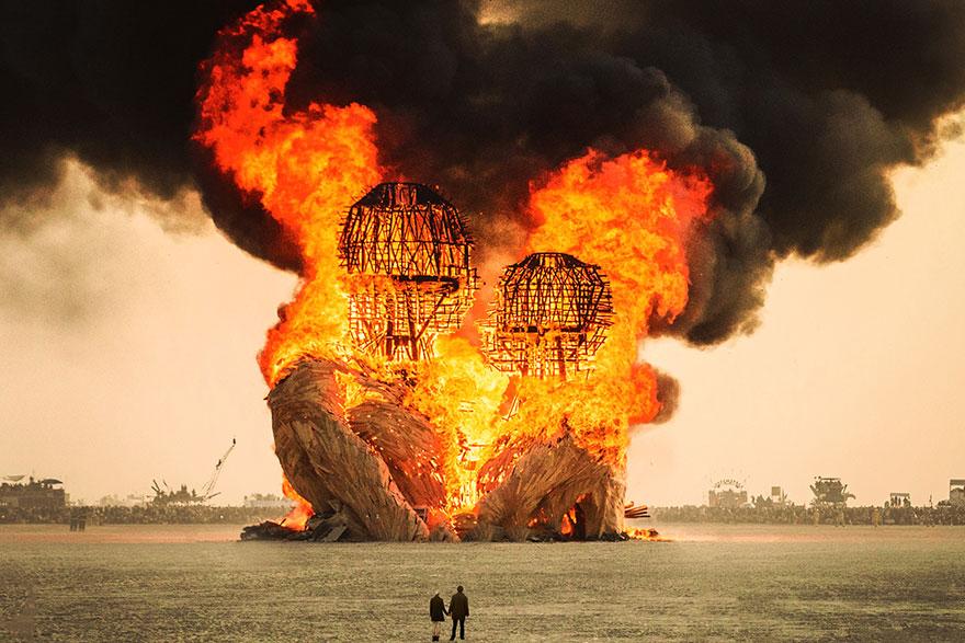 ежегодный сюрреалистический фестиваль «Горящий человек» (Burning Man): сожжение скульптуры в конце фестиваля
