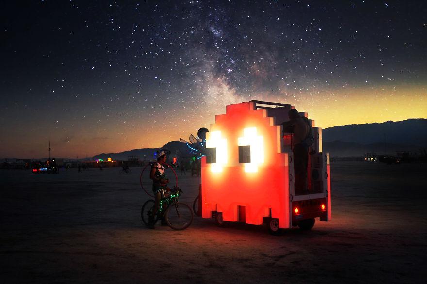 ежегодный сюрреалистический фестиваль «Горящий человек» (Burning Man): человек, разговаривающий с Пакманом