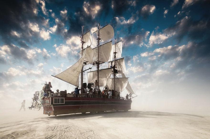 ежегодный сюрреалистический фестиваль «Горящий человек» (Burning Man): реплика старинного американского фрегата