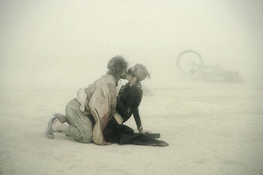 ежегодный сюрреалистический фестиваль «Горящий человек» (Burning Man): любовь среди бури в песках