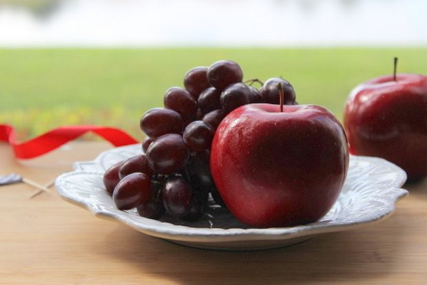 Вымойте и подготовьте фрукты, очистив их от черенков, веточек и прочего