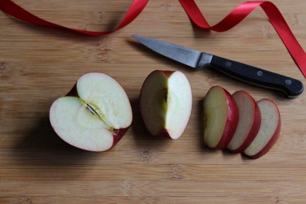 Разрежьте яблоки обычным способом на 4 части, а затем каждую четверть разрежьте еще на 3 части