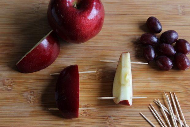 Протолкните в каждую обрезанную дольку – в мякоть около плоского среза - по 2 зубочистки
