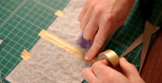 ровно складывать 2 квадратика боковая сторона к боковой стороне и ровно же наклеивать на место соединения декоративную клейкую ленту