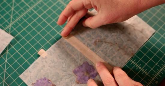 Склеили квадраты с лицевой стороны, переворачивайте на другую, и заворачивайте и приклеивайте сверху и снизу кончики ленты через край на изнанку