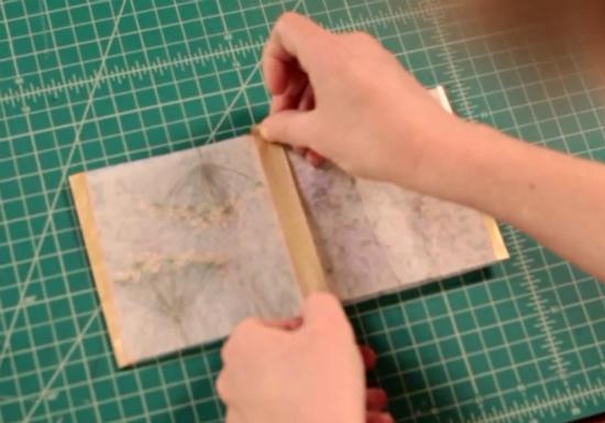 положите склеенную полоску из квадратов лицевой стороной вниз, а затем просто правый и левый квадраты загните по направлению друг к другу