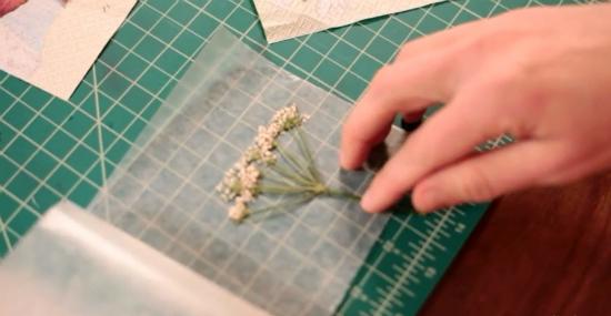 вкладываем внутрь засушенные элементы, красиво распределяя их, а затем закрываем лист