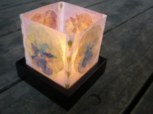 Как сделать для свечей фонарики-плафоны из сухих цветов и вощеной бумаги - зажженный фонарик
