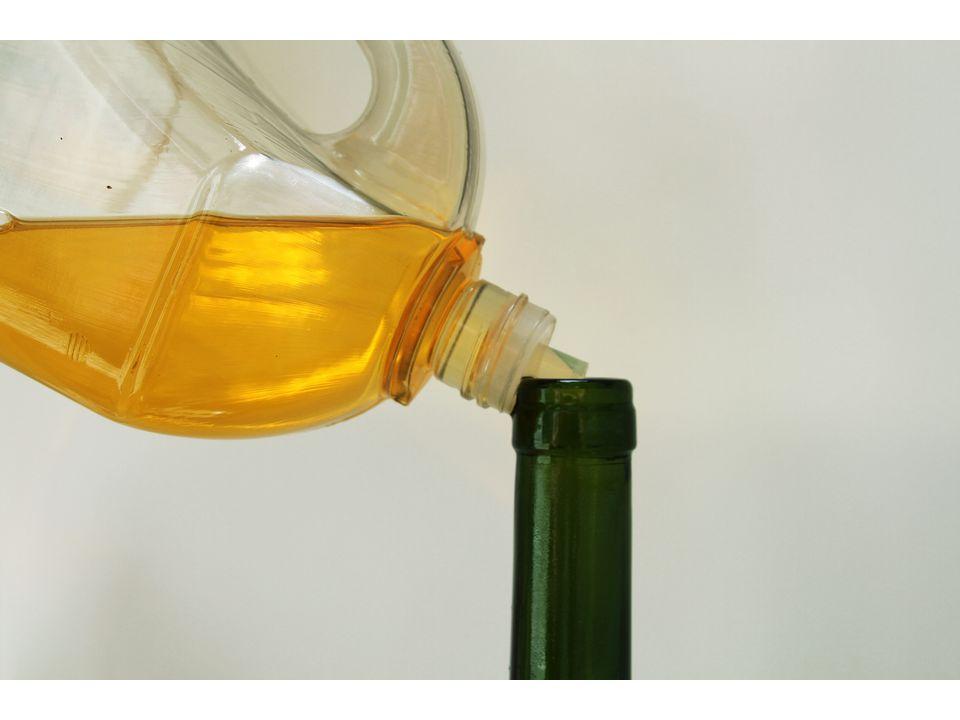 Бутылку примерно на ½ заполните маслом цитронеллы