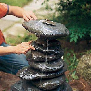 Далее надеваем камни по очереди на медную трубу, балансируя их по ходу работы