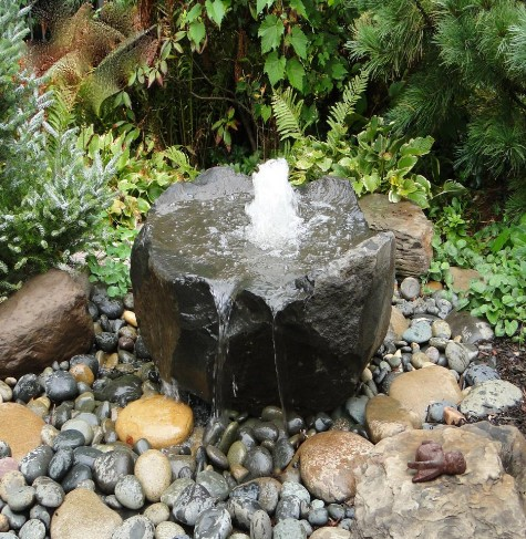Мини-фонтан из одного камня для дачи