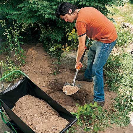 Остроконечной лопатой (желательно) роем яму на 5,1 см глубже, чем ваша нижняя тара для фонтана