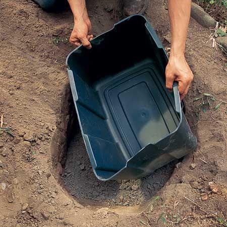 Ровно поставьте тару на гравий сверху так, чтобы в тару не засыпалась земля