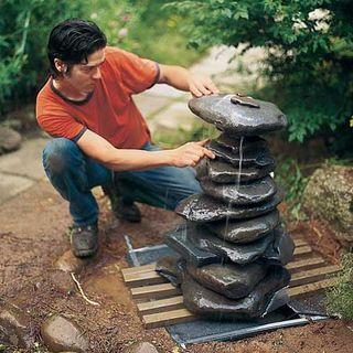 Направляйте поток воды, вращая камни вокруг медной трубы