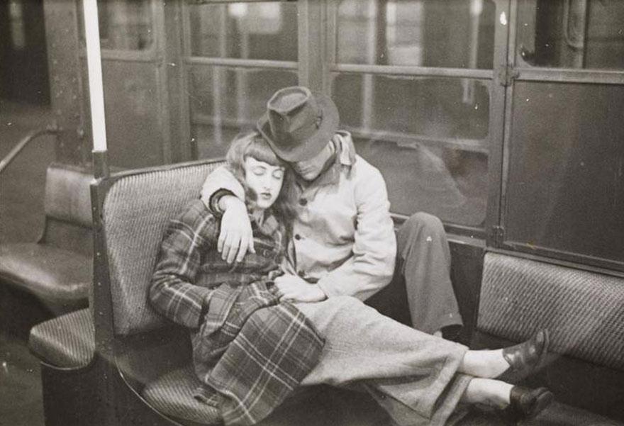 Нью-Йоркская подземка 1946-го глазами 17-го Стэнли Кубрика: спящая обнявшаяся пара