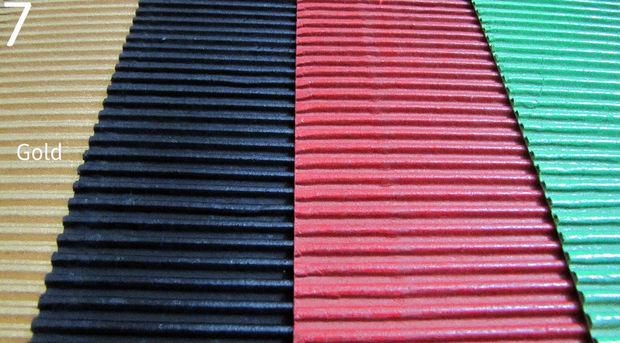 Цветной или самостоятельно окрашенный спрей-краской гофрированный картон