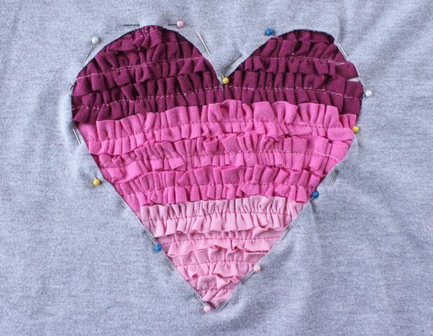 Положите готовое сердце-гофре на вырезанную в футболке аналогичную форму с изнанки(!). Выровняйте, заколите булавками