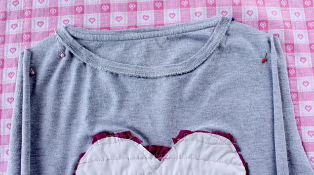 Сложите детали футболки-основы лицевая к лицевой, сколите булавками сверху (от горла вбок) плечевые швы