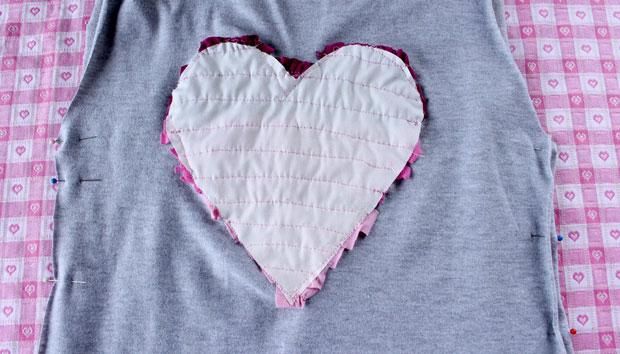 Если обрезали футболку по бокам, сколите переднюю и заднюю части булавками сбоку опять лицевая к лицевой