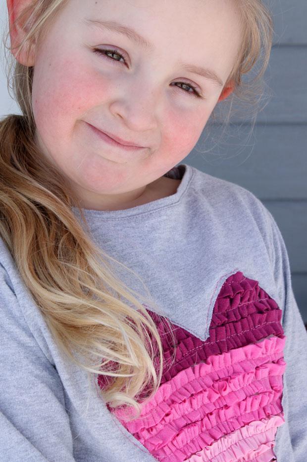 готовая рукодельная детская футболка  с сердечком-«гофре»