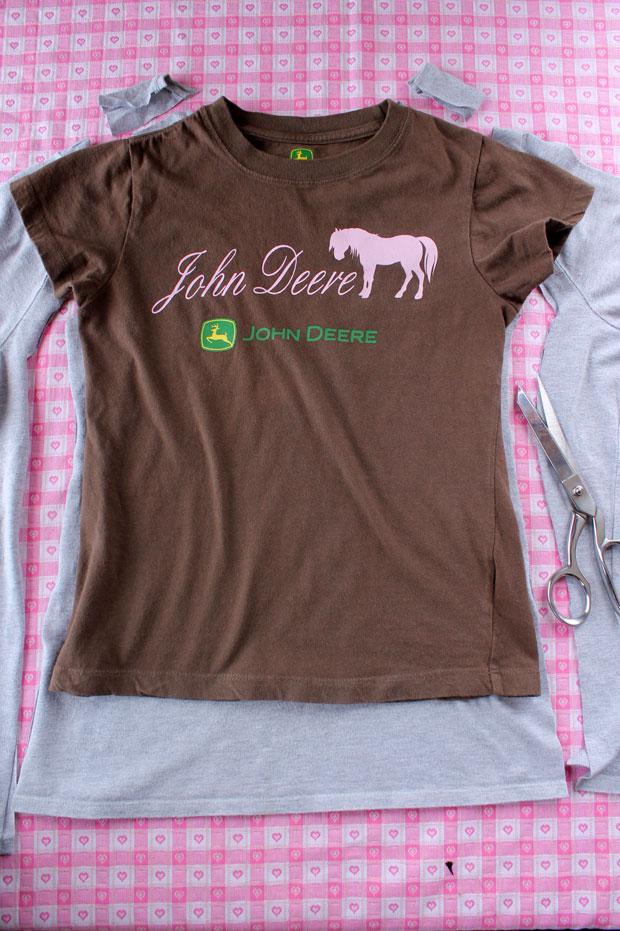 Разложите на ровной поверхности футболку-основу. Сверху на нее положите детскую футболку, выравнивая ее по центру справа-слева
