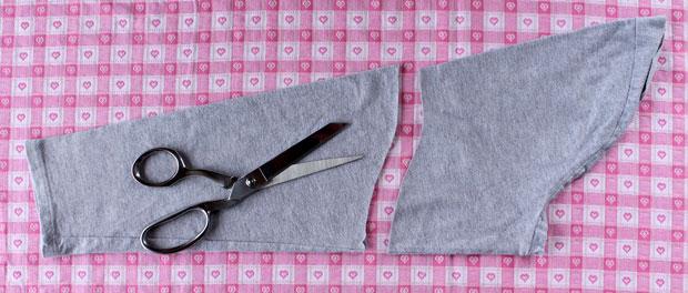 детской же футболке определите новую длину рукавов и в зависимости от нее обрежьте отрезанные рукава от футболки-основы