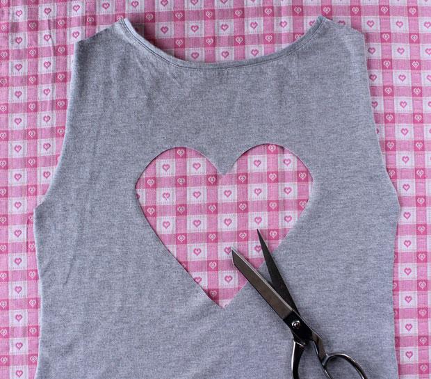 вырежьте в ткани сердце ножницами по шаблону