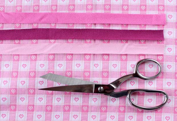Нарежьте полосок шириной 1,9-2 см из цветных маек/футболок