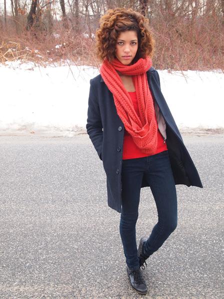 яркий оранжевый шарф на бледноватой красивой девушке