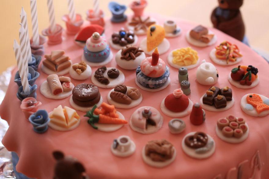 торт-накрытый стол с огромным количеством разнообразных миниатюрных блюд