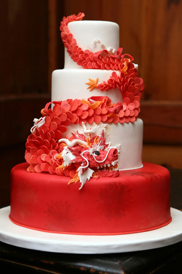 Трехъярусный торт с мифологическим китайским существом «Красный дракон»