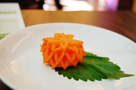 Представлять блюда гостям на индивидуальной тарелке – это часть великого кулинарного шоу