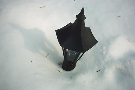 Очень хорошо смотрятся на участке зимой черные классические фонари – в полный рост, или фонарики – невысокие полные аналоги первых, которые распределяют по орнаменту на газоне.