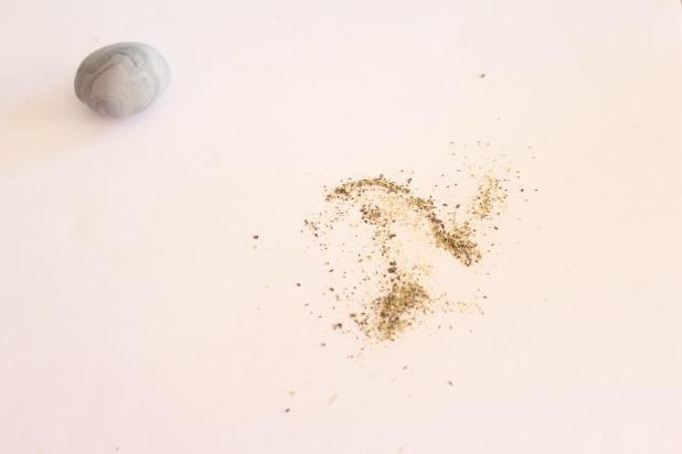 окунаем камешек из полимерной глины в перец
