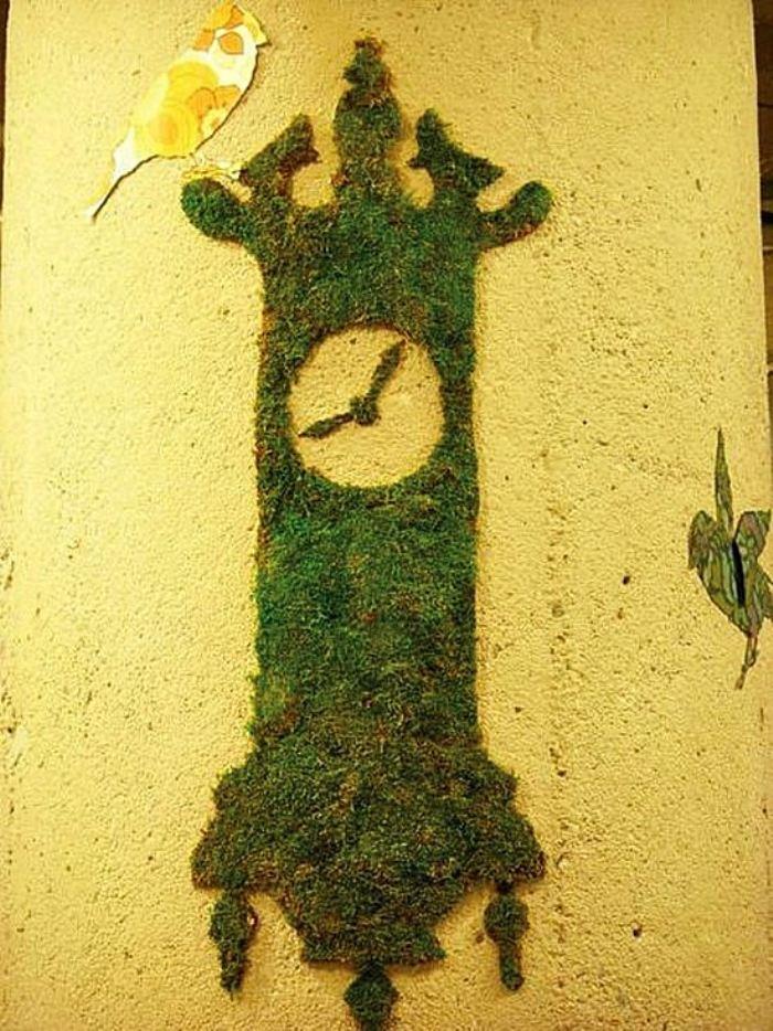 эко-граффити из мха: настенные часы