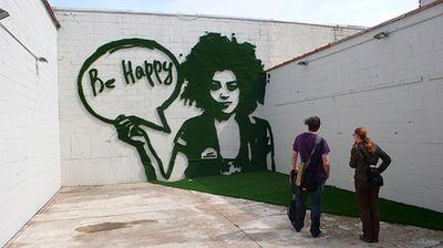 эко-граффити из мха: девушка - будь счастлив