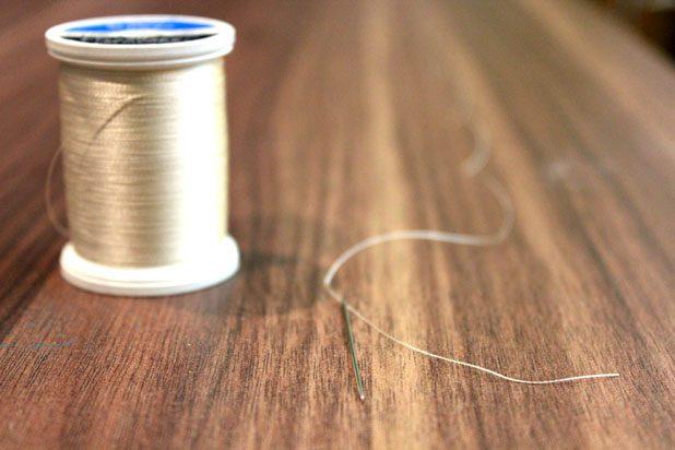 Вдевая в иглу, оставляйте короткий хвостик не меньше 10 см, т. к. подобная нитка при данной работе очень легко выскальзывает из иголки