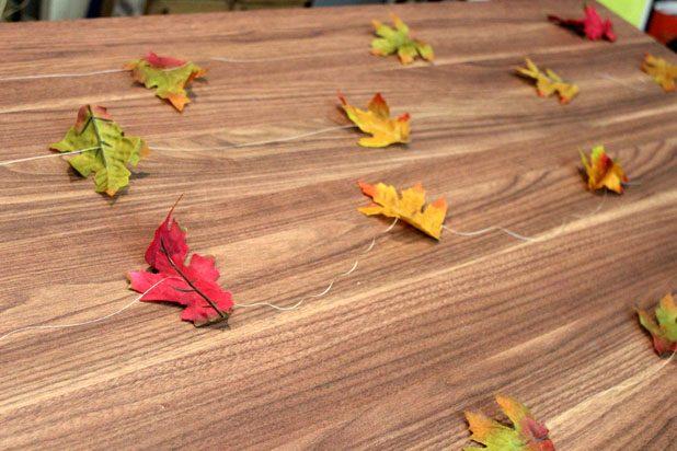 На каждую нитку в зависимости от ее длины нанизываем 4-5 листьев через центр последних