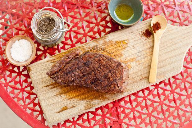 ошибки в приготовлении стейка мяса на гриле: разрезание горячего мяса