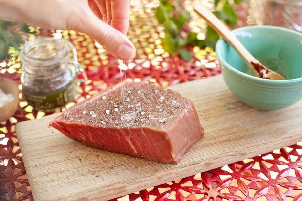 ошибки в приготовлении стейка на гриле: приготовление без соли
